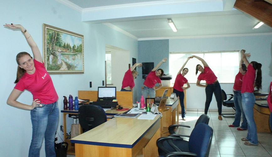 Colaboradores da Corretora Santa Cruz participam de ginástica laboral